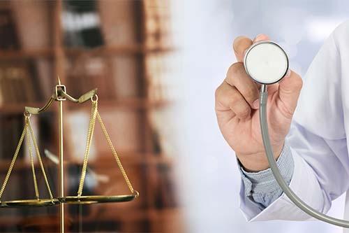 Balanza y médico mostrando un estetoscopico